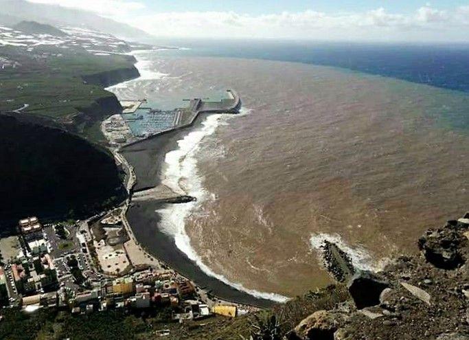 Modderstroom in de Atlantische Oceaan voor de kust van Tazacorte.